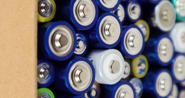 Фоновый вид батарей aaa aa и аккумуляторных батарей. выбор батарей. концепция энергоснабжения и утилизации. текстуры электрических элементов упакованы вплотную друг к другу.