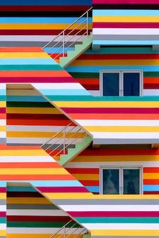 Фон стен ярких цветных зданий с пожарной лестницей