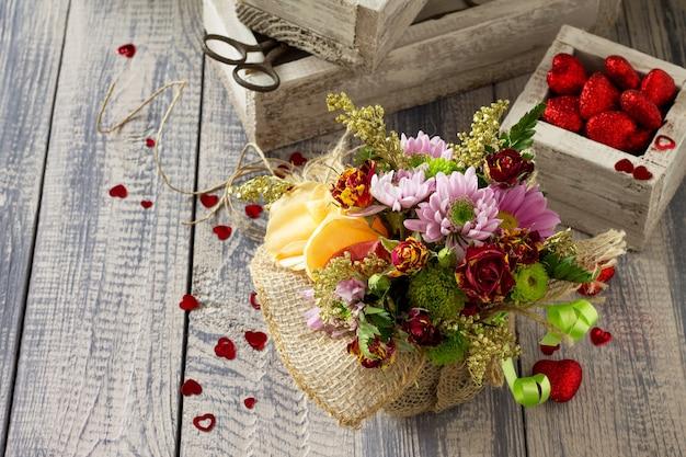 Фон свадьба или день святого валентина. корзина букета из роз и хризантем.