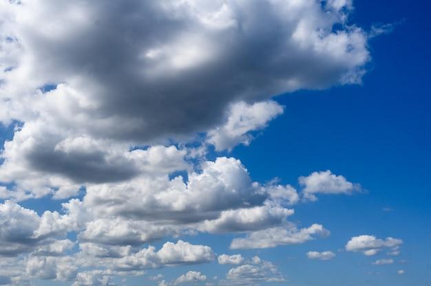 Фон белые облака на голубом небе. горизонтальная ориентация