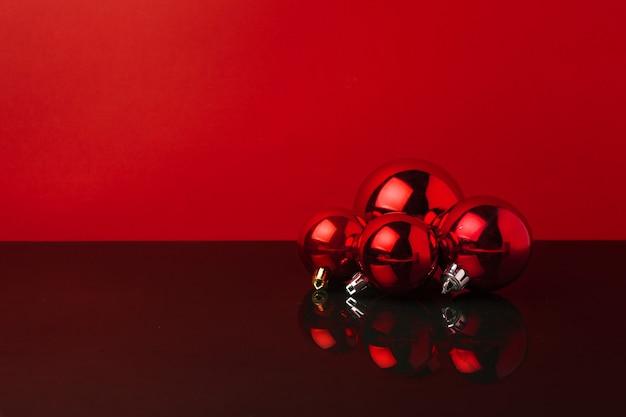 コピースペースと赤い光沢のあるクリスマスつまらないものの束の背景