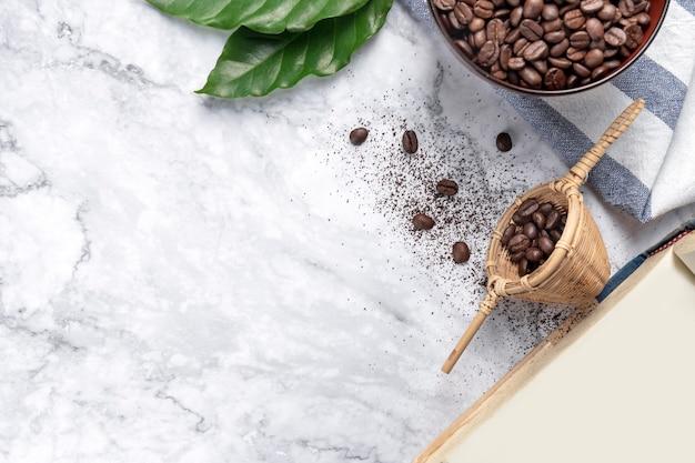 各種コーヒー、コーヒー豆、挽いたものとインスタント、パッドとカプセル、レトロなスタイルのトーン、コピースペース、上面図の背景。