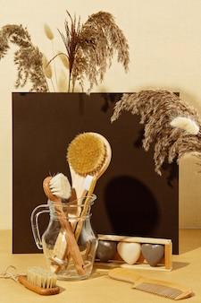 Фон с осенних растений и нулевых отходов ванной утилит в пастельных тонах.