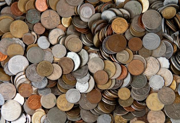 다른 나라의 많은 양의 동전과 배경