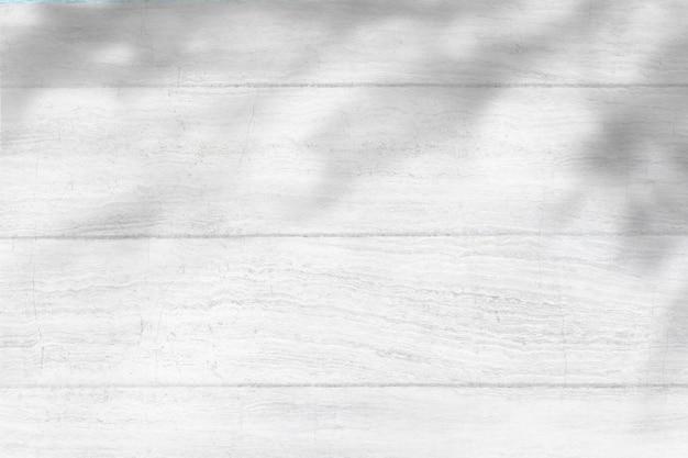 Фон с большой тенью дерева на деревянной текстуре