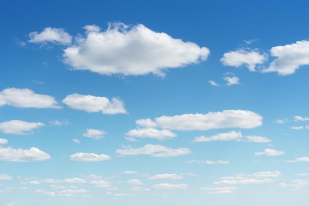 Фон с голубым небом и облаками