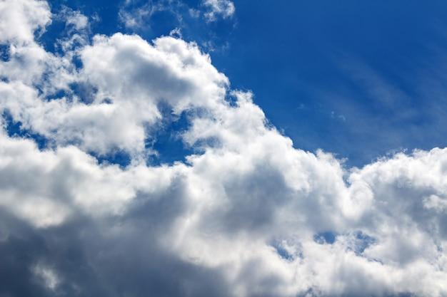 青い空と白い雲の背景。空の背景