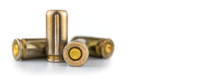 9mmピストルの弾丸のある背景、白い背景で隔離、銃のクローズアップ写真の弾薬