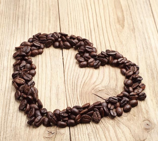 하트 모양의 커피 콩이 있는 배경
