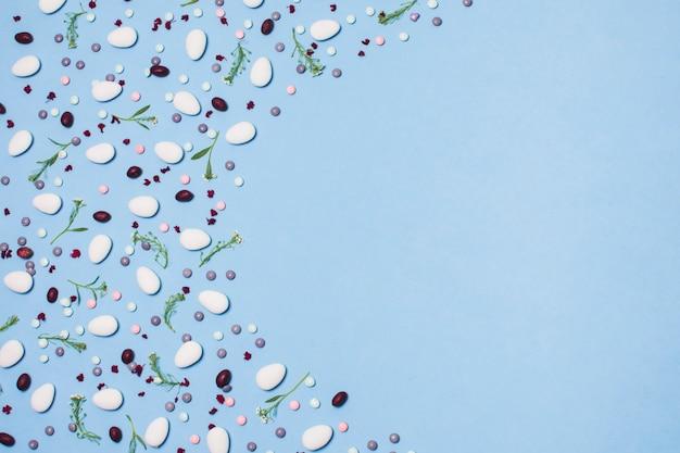 糖衣錠と花の装飾の背景
