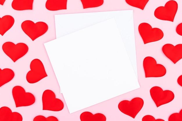봉투와 배경, 파스텔 핑크 배경에 텍스트에 대 한 여유 공간이있는 마음. 평면 평신도, 평면도. 발렌타인 데이 개념. 어머니의 날 개념.