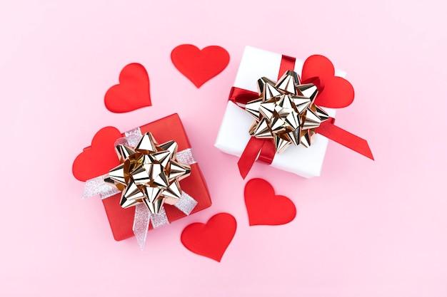 선물 및 파스텔 핑크 바탕에 하트 배경. 평면 평신도, 평면도. 발렌타인 데이 개념. 어머니의 날 개념.