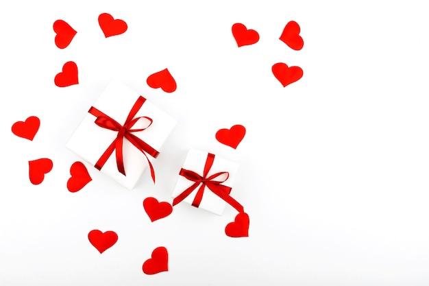 선물 및 흰색 배경에 텍스트 복사 공간 하트 배경. 평면 평신도, 평면도. 발렌타인 데이 개념. 어머니의 날 개념.