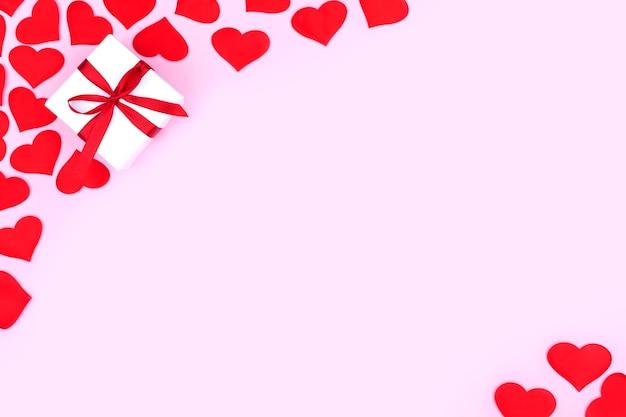 파스텔 핑크 배경에 텍스트에 대 한 여유 공간이있는 선물 및 마음 배경. 평면 평신도, 평면도. 발렌타인 데이 개념. 어머니의 날 개념.