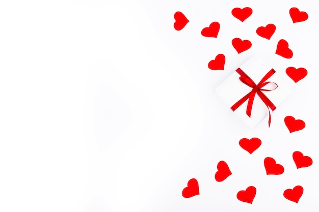 흰색 바탕에 텍스트에 대 한 여유 공간이있는 선물 및 빨간 하트 배경. 평면 평신도, 평면도. 발렌타인 데이 개념. 어머니의 날 개념.