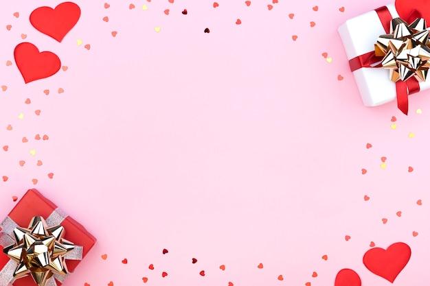 선물, 색종이, 하트와 파스텔 핑크 배경에 텍스트를위한 여유 공간이있는 배경. 공간을 복사하십시오. 평면 평신도, 평면도. 발렌타인 데이 개념. 어머니의 날 개념.