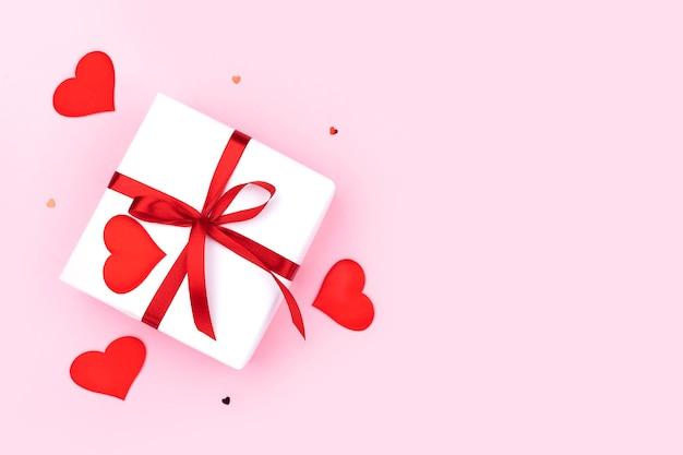 선물, 색종이, 파스텔 핑크 바탕에 하트 배경. 평면 평신도, 평면도. 발렌타인 데이 개념. 어머니의 날 개념.