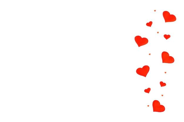 선물, 색종이, 흰색 바탕에 텍스트 복사 공간 붉은 마음 배경. 평면 평신도, 평면도. 발렌타인 데이 개념. 어머니의 날 개념. 배너.