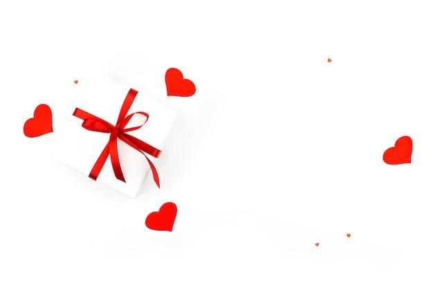 선물, 색종이, 흰색 바탕에 텍스트 복사 공간 붉은 마음 배경. 평면 평신도, 평면도. 발렌타인 데이 개념. 어머니의 날 개념.