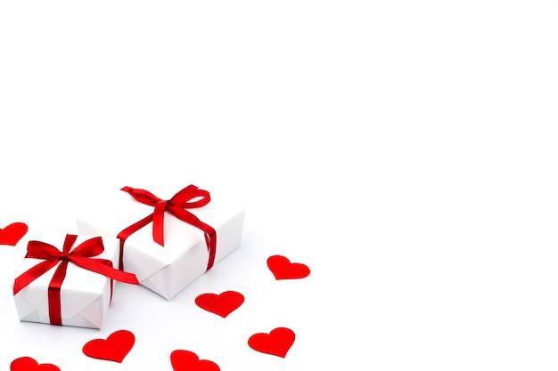 흰색 바탕에 텍스트에 대 한 여유 공간이있는 선물 및 빨간 하트 배경. 발렌타인 데이 개념. 어머니의 날 개념.