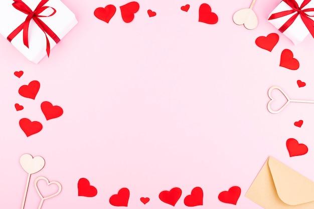 선물, 봉투, 파스텔 핑크 배경에 텍스트에 대 한 여유 공간이있는 마음 배경. 평면 평신도, 평면도. 발렌타인 데이 개념. 어머니의 날 개념.