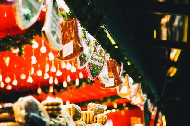 ザルツブルクオーストリアのクリスマスマーケットでのジンジャーブレッドの背景ホリデークリスマス