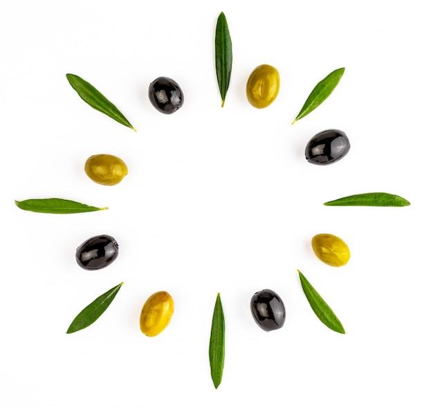 緑と黒のオリーブとオリーブの葉の背景。ここにテキストを挿入するための分離スペース。