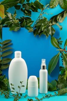 緑の葉と植物と化粧品のボトルと背景。ナチュラルシンケアのコンセプト