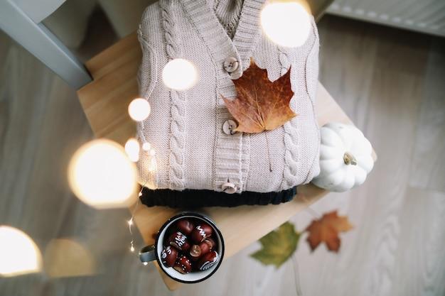 Фон с вязаной одеждой и осенними листьями концепция осень-зима Premium Фотографии