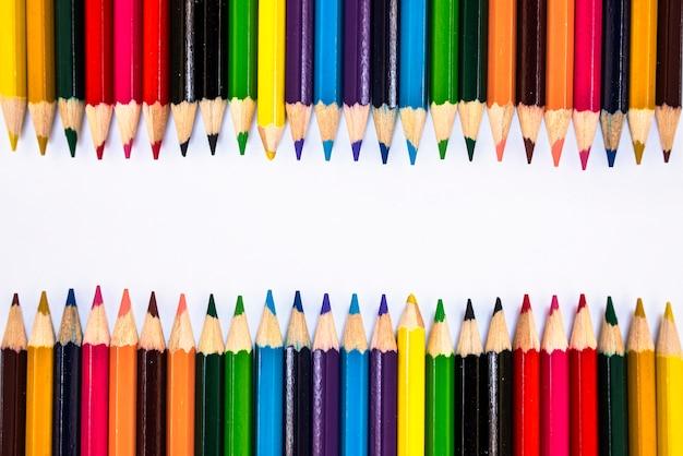 行の多色の鉛筆の背景