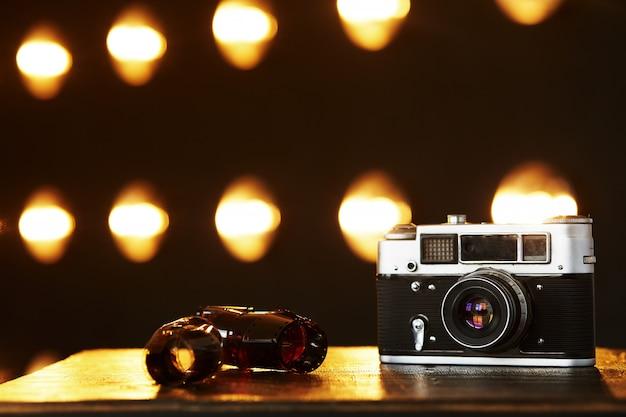 Фон со старой камерой и лампами