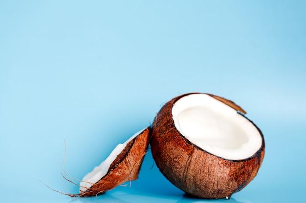 分割ココナッツのクローズアップの背景