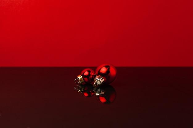 2 붉은 빛나는 크리스마스 싸구려와 배경