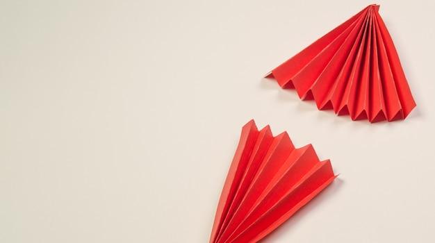 2つの赤い折り紙扇子の背景、コピースペース