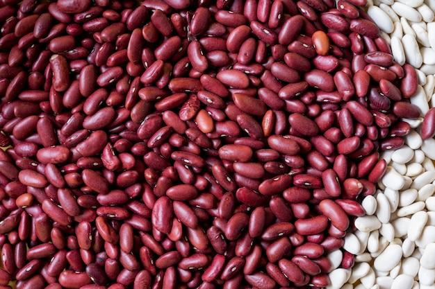 白と赤の豆の背景。