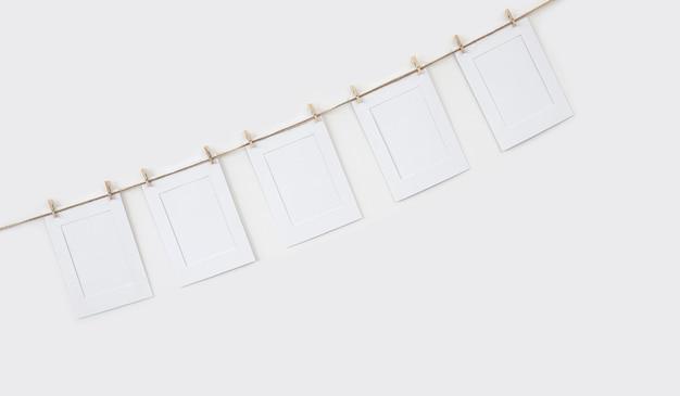 Фон с белыми картонными рамками для фотографий