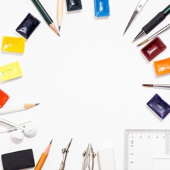 ホワイトペーパー、鉛筆、消しゴムの背景。アーティストの職場。ペイントとブラシ。
