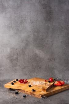 레스토랑 메뉴에 대한 나무 보드와 딸기 배경