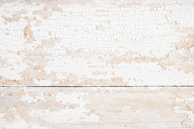 ひびの入った塗料で背景の木の板。カラーピールウッドテクスチャ