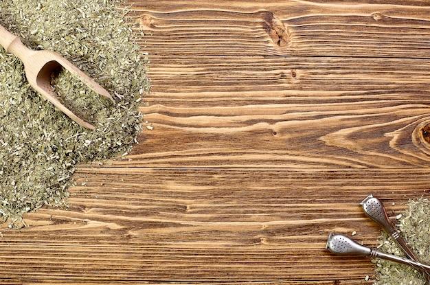 Фон - йерба мате и бомбилла на деревянном столе, место для текста