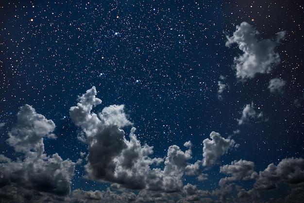 Фон ночное небо со звездами и луной и облаками. элементы этого изображения, предоставленные наса
