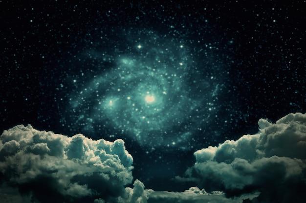星と月と雲と背景の夜空。 nasaによって提供されたこの画像の要素