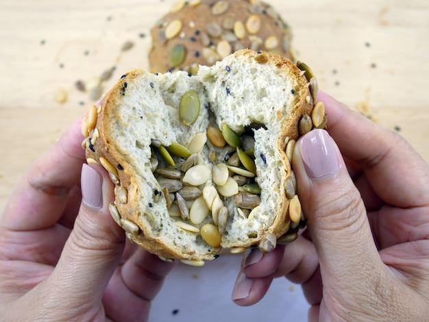 Цельный хлеб из зерна с белым backgrounnd