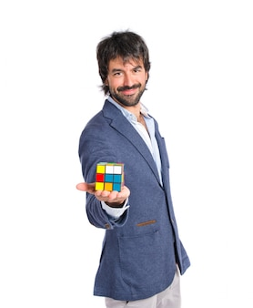 Счастливый человек, играющий игру разведки над белым backgrpund
