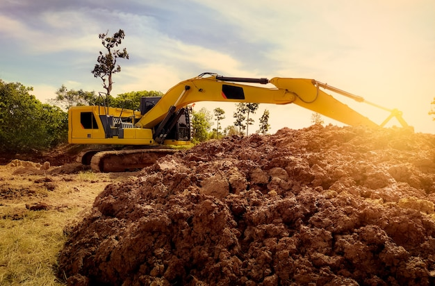 建設現場で土を掘って作業するバックホウ地球を掘る掘削機土工