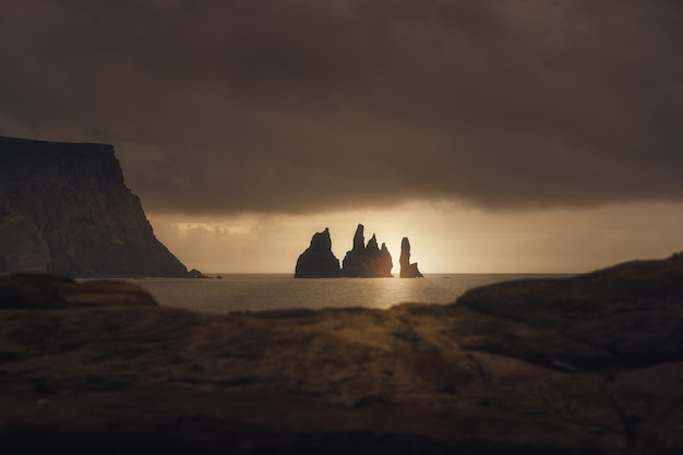 Reynisfjara 아이슬란드의 바위에 백라이팅 일출