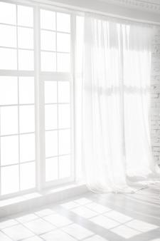 Окно с подсветкой с белыми шторами в пустой комнате. абстрактный интерьер