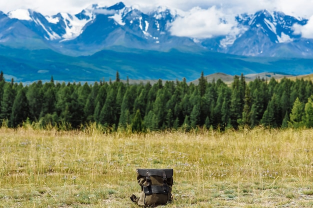 산에서 산 전망 배낭 등산객 가방. 모험과 관광 개념