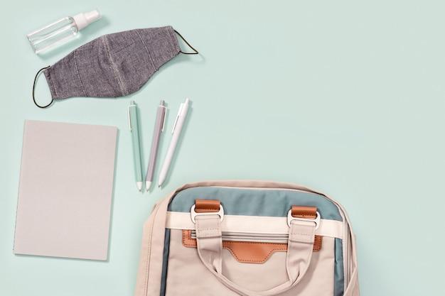 Рюкзак со школьными принадлежностями, маской для лица и дезинфицирующим средством для рук
