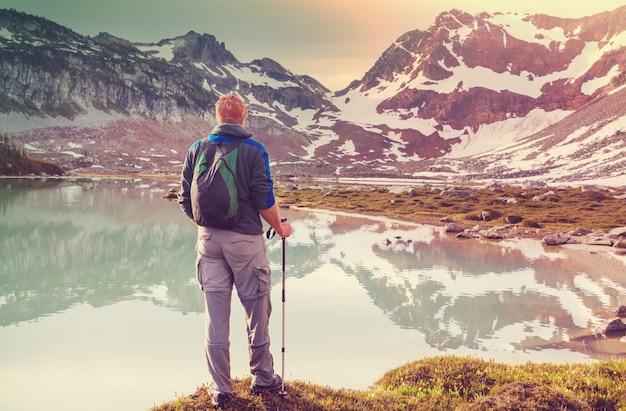 Путешественник в походе в летние горы